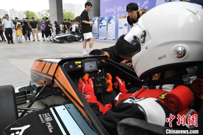 """9月25日,合肥工业大学学生准备驾驶第12代""""越影""""燃油赛车。 韩苏原 摄"""