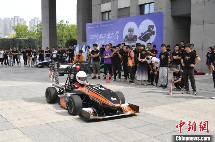 9月25日,在合肥工业大学翡翠湖校区,一辆动力强劲的赛车在校园广场飞驰,吸引许多师生观看。 韩苏原 摄