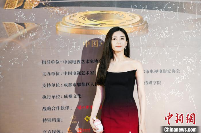 演员江疏影亮相红毯。 主办方供图 摄