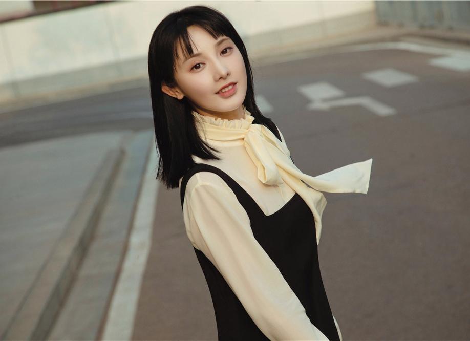 """彭小苒优雅裙装亮相""""春"""