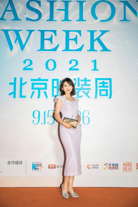 岳丽娜亮相北京时装周 造型吸睛尽显风雅之姿