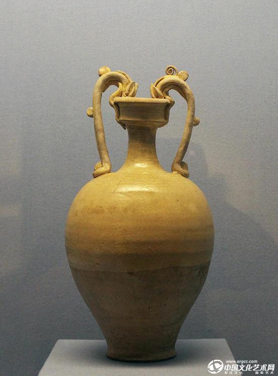 元代的龙首双耳瓶,公元500年到800年是丝绸之路贸易的全盛期,中国、中亚和欧洲之间的人员与货物往来络绎不绝。远距离的物资流动也使不同地区的艺术风格交融相会。