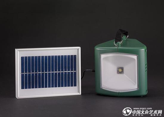 中国发明制造的太阳能灯具与充电器。
