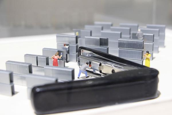 装订资料的订书针层层排列为书柜。图/邱家琳摄。