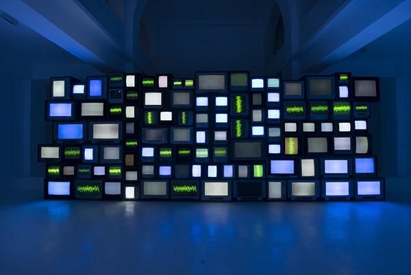 苏珊·席勒,《Channels》, 2013,有声视频装置,尺寸可变。图片由Oh Dancy拍摄。? Susan Hiller;图片由里森画廊提供