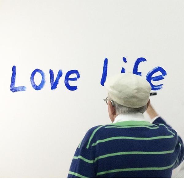 """80岁的大卫·霍克尼生日写下""""爱生活"""",他说,在工作的时候感觉自己像毕加索,感觉自己只有30岁。"""