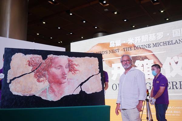 策展人安东尼奥•德维托与其临摹的湿壁画《先知以西结背后的天使》