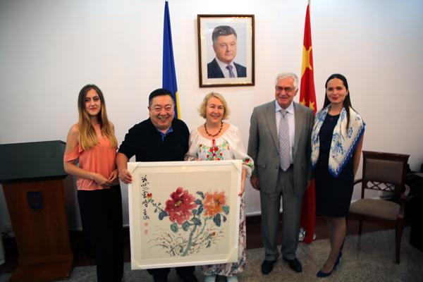 董浩向乌克兰驻华大使夫人塔季扬娜赠送作品
