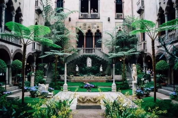 走过昏暗的长廊,阳光透过玻璃顶照进伊莎贝拉·斯图尔特·加德纳博物馆的中心花园(花园的玻璃顶设计为美国首例),院子里百花常开,绿叶相伴,即便是冬季也保持盎然的状态。