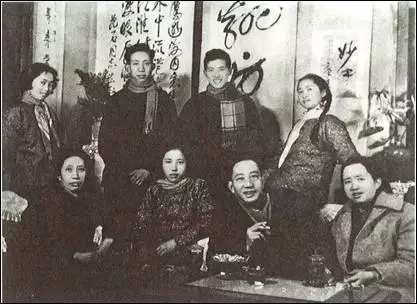 60年代初全家福。前排左起:罗时慧、傅益玉、傅抱石、傅益珊。后排左起:傅益璇、傅小石、傅二石、傅益瑶