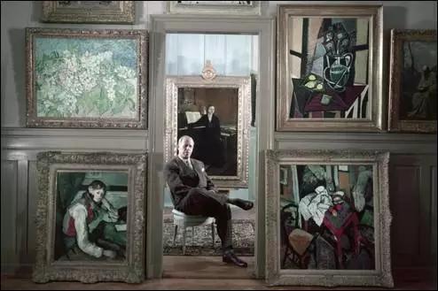 1954年,埃米尔·布尔勒在他的画廊里,身旁是梵高、塞尚、毕加索等名家的大作