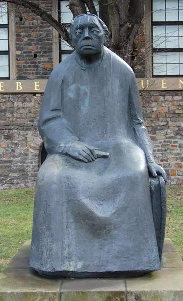 珂勒惠支雕刻出的自己,仿佛在悲哀中等待永远不会回来的孩子